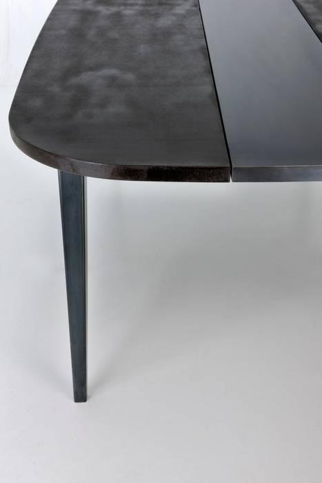 Table M « Malko choco» détail: Maison de style  par ATELIER MARTIN BERGER