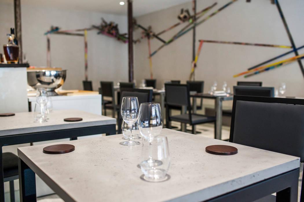 RESTAURANT AT Locaux commerciaux & Magasin modernes par Concrete LCDA Moderne