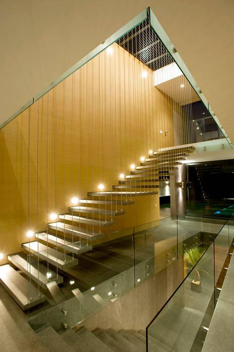 Casa V: Pasillos y recibidores de estilo  por Serrano Monjaraz Arquitectos, Moderno