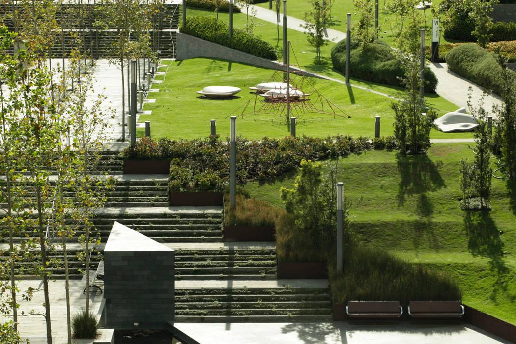 Parque Vidalta: Jardines de estilo  por Serrano Monjaraz Arquitectos