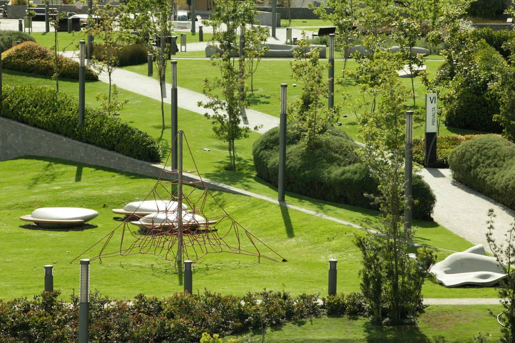 Parque Vidalta: Jardines de estilo  por Serrano Monjaraz Arquitectos, Moderno