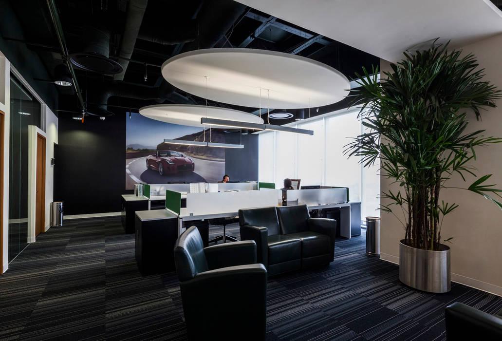 Corporativo Land Rover - Jaguar: Oficinas y tiendas de estilo  por Serrano Monjaraz Arquitectos, Moderno
