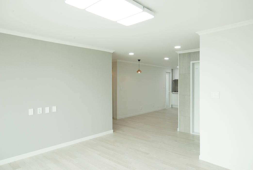 D Apartment (106sqm.): By Seog Be Seog | 바이석비석의  거실,