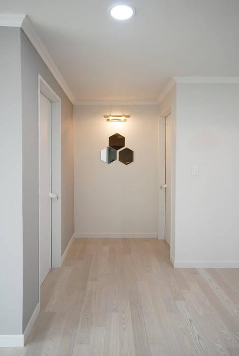 D Apartment (106sqm.): By Seog Be Seog | 바이석비석의  복도 & 현관