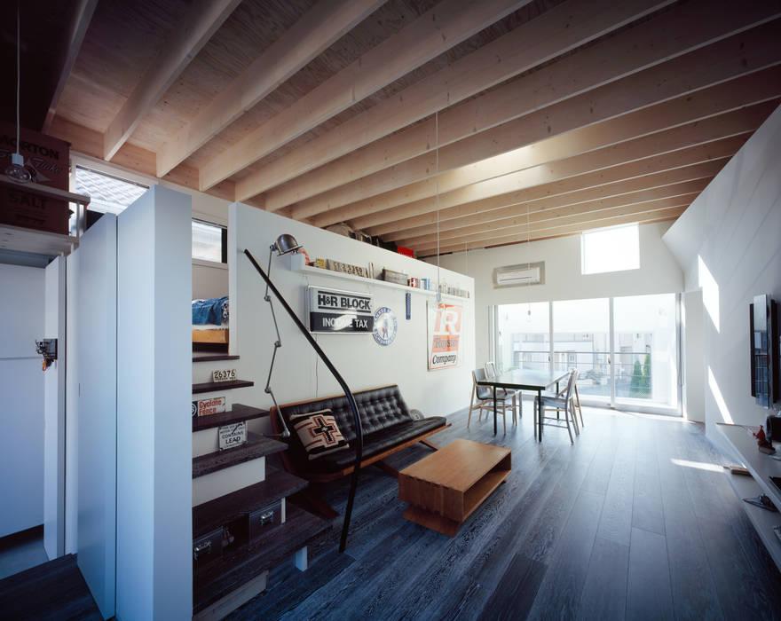 二階リビング モダンデザインの リビング の 津野建築設計室/troom モダン