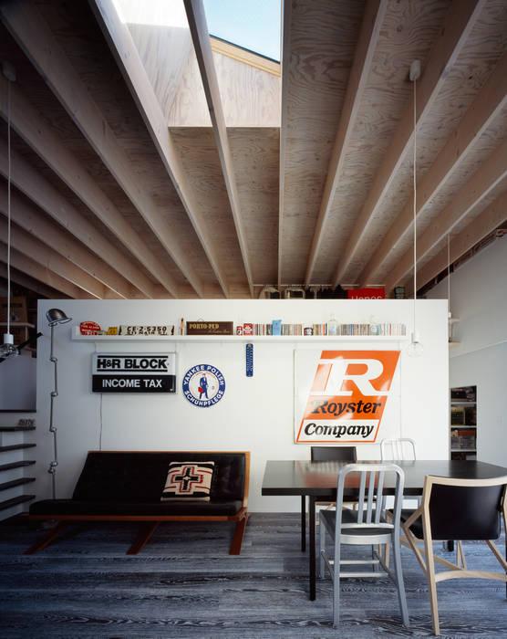 二階リビング: 津野建築設計室/troomが手掛けたリビングです。