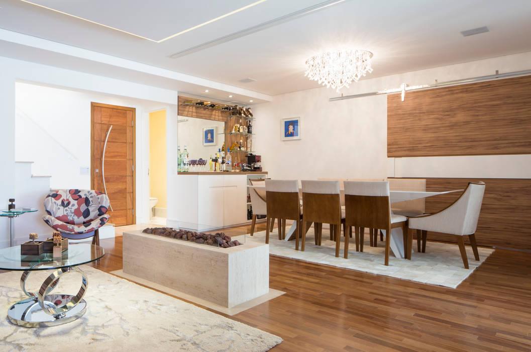 Sala de jantar e Lareira Salas de estar ecléticas por ArkDek Eclético