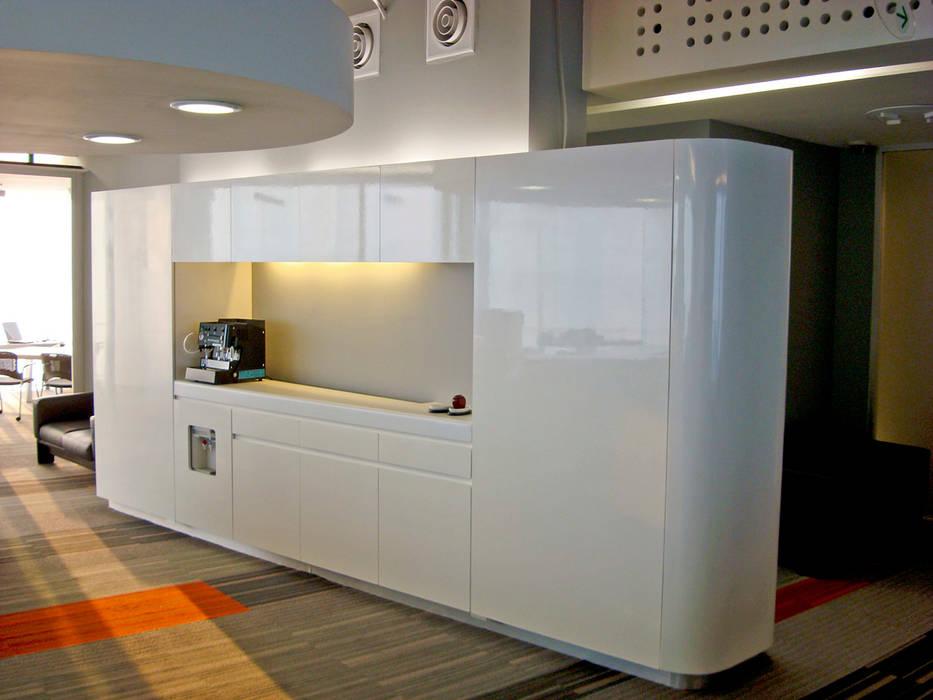 Rotoplas: Estudios y oficinas de estilo  por usoarquitectura, Moderno