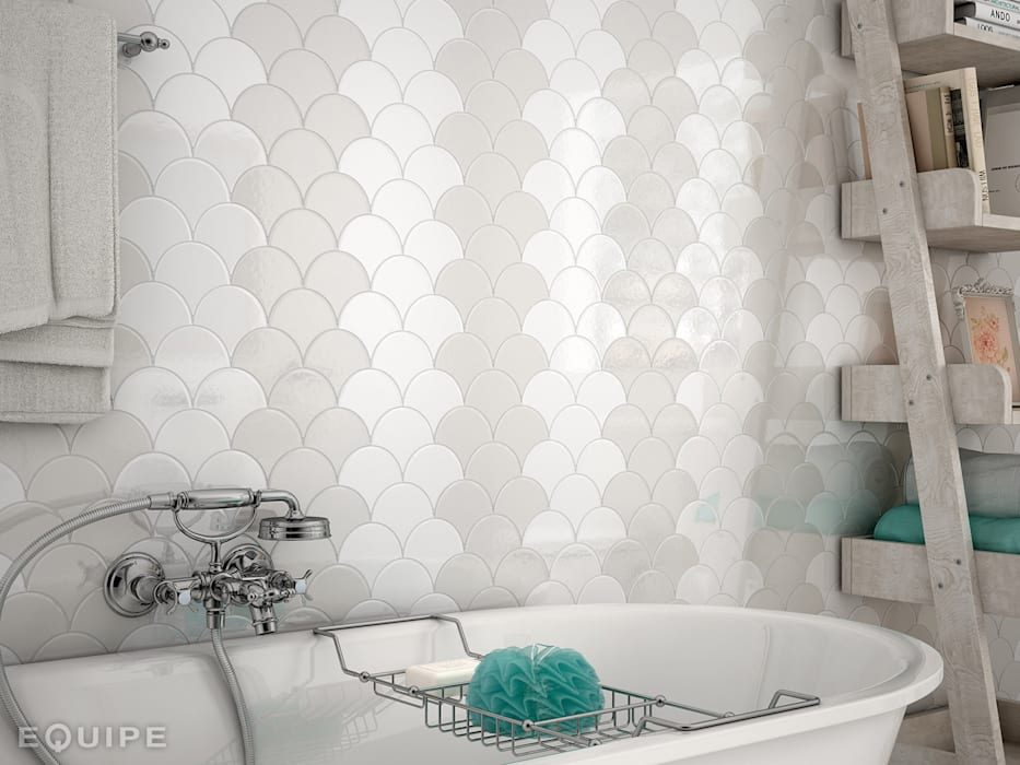Scale Fan White, Light Grey 10,6x12: Baños de estilo mediterráneo de Equipe Ceramicas
