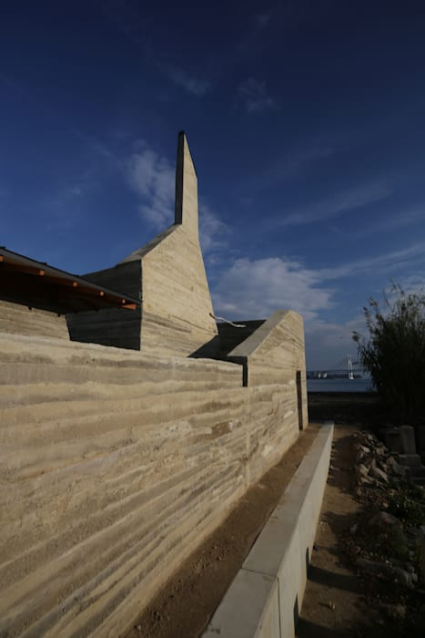 善根湯 × 版築プロジェクト 瀬戸内国際芸術祭2013: Tadashi Saito + Atelier NAVEが手掛けた折衷的なです。,オリジナル