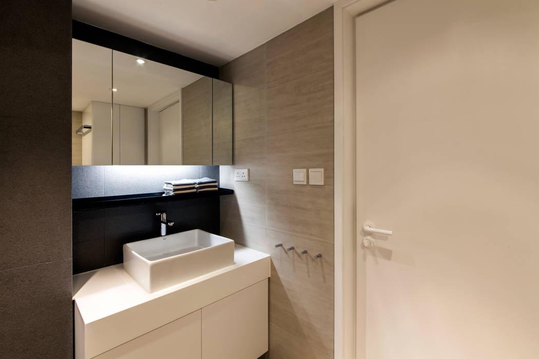 MJ's RESIDENCE Minimalist style bathroom by arctitudesign Minimalist