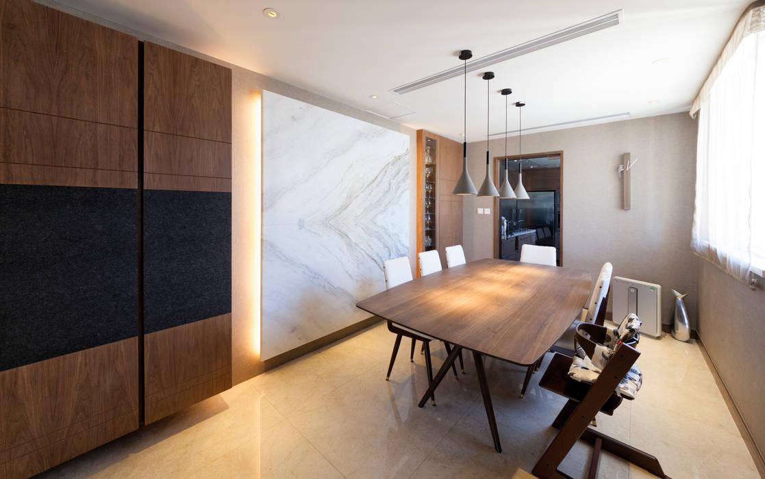 LP's RESIDENCE :  Dining room by arctitudesign, Minimalist