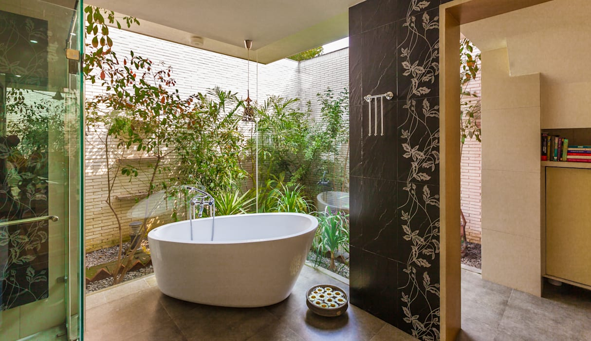 Eclectic style bathrooms by Kumar Moorthy & Associates Eclectic