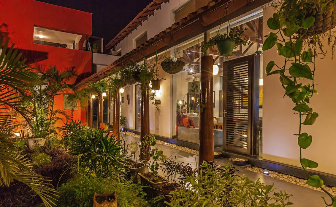 Eclectic style garden by Kumar Moorthy & Associates Eclectic
