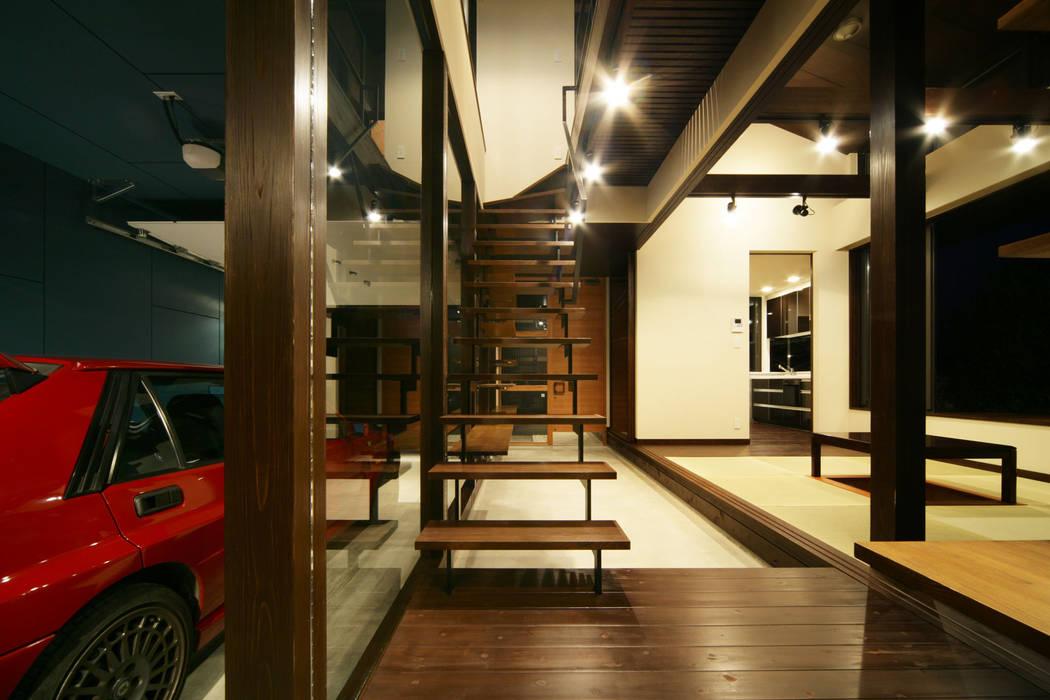 Pasillos, vestíbulos y escaleras de estilo ecléctico de 田中一郎建築事務所 Ecléctico
