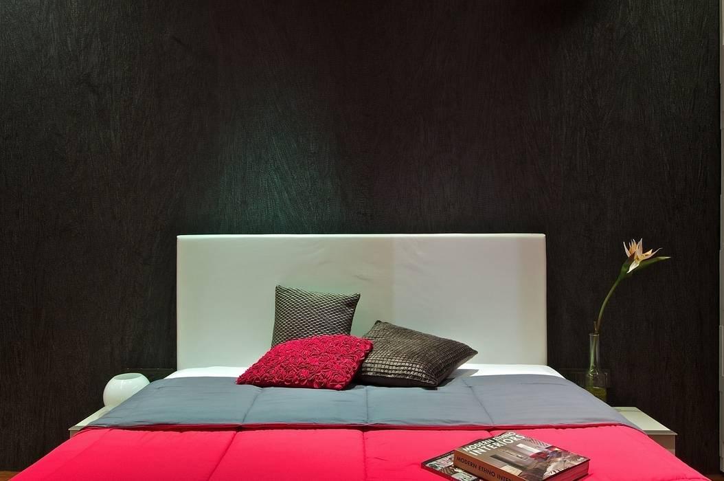 Black Wallpaper Minimalist bedroom by homify Minimalist