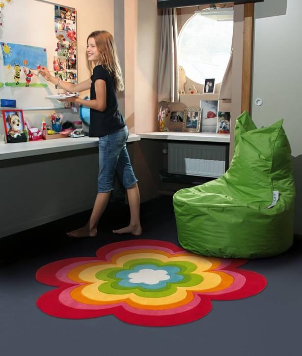 Nursery/kid's room by Muebles Flores Torreblanca,