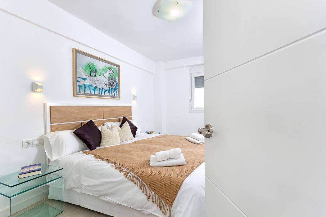 Dormitorio principal: Salones de estilo moderno de Espacios y Luz Fotografía