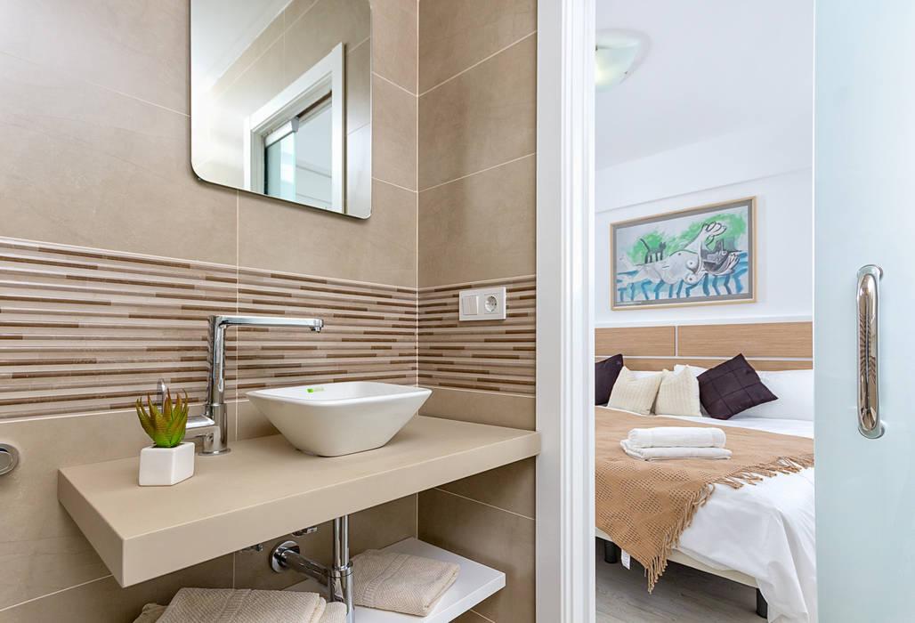 Baño y dormitorio: Salones de estilo  de Espacios y Luz Fotografía