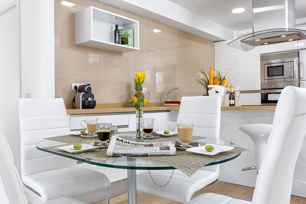 Mesa de comedor y cocina: Salones de estilo moderno de Espacios y Luz Fotografía