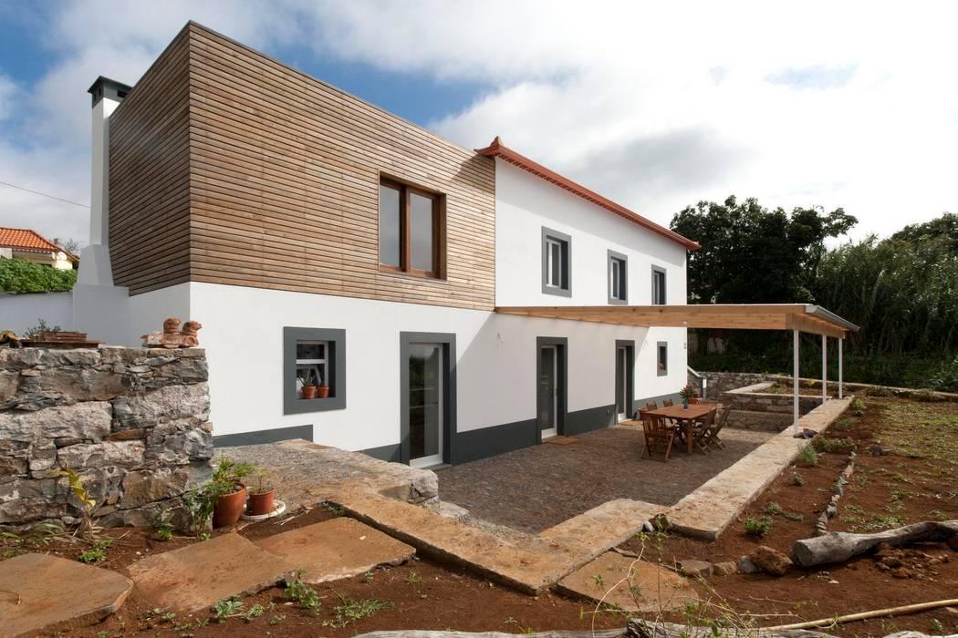 Quinta H | eco-remodelação| Madeira: Casas  por Mayer & Selders Arquitectura,