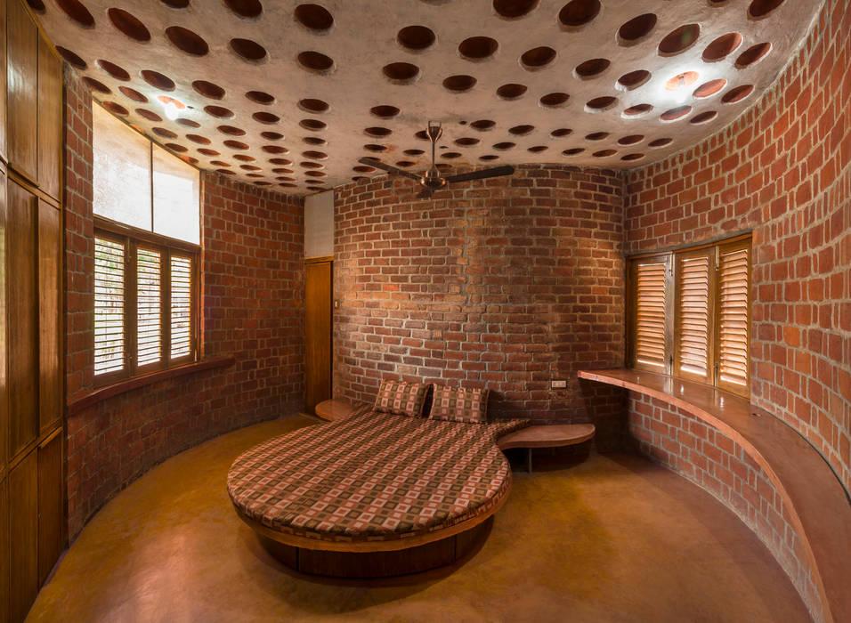 Brick House, Wada iSTUDIO Architecture Tropical style bedroom