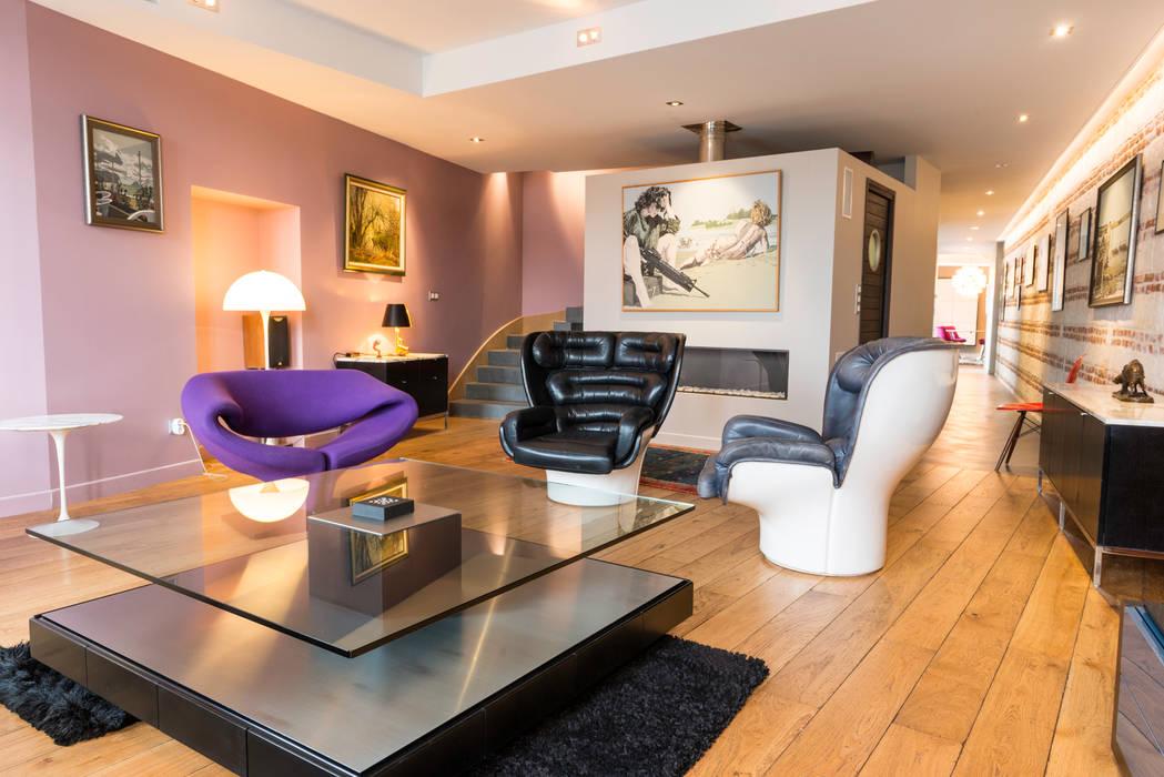 Salon et cube cheminée/ wc Maisons originales par AGENCE JULIETTE VAILLANT ARCHITECTE Éclectique