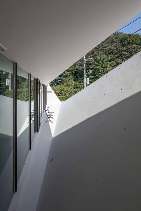 crossing point Modern walls & floors by 後藤武建築設計事務所 Modern
