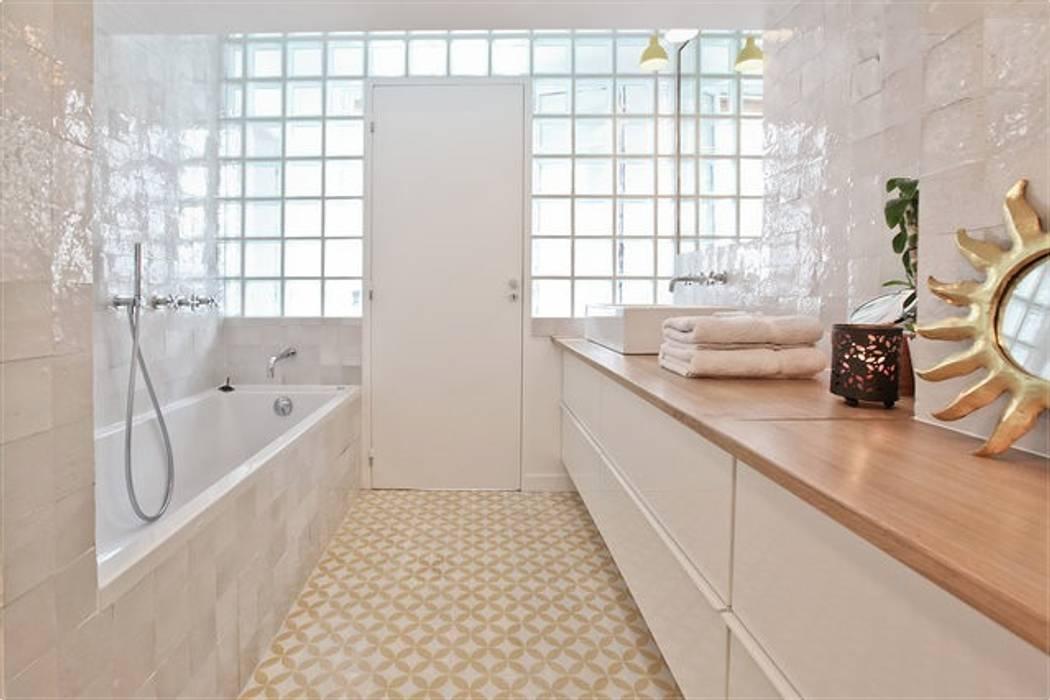 Duplex sur le canal Salle de bain moderne par Atelier UOA Moderne