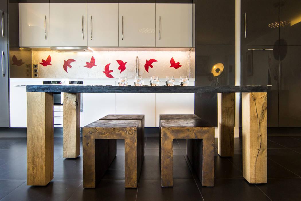Table et Tabourets // Cuisine open space: Salle à manger de style de style Moderne par Anne Martins Design