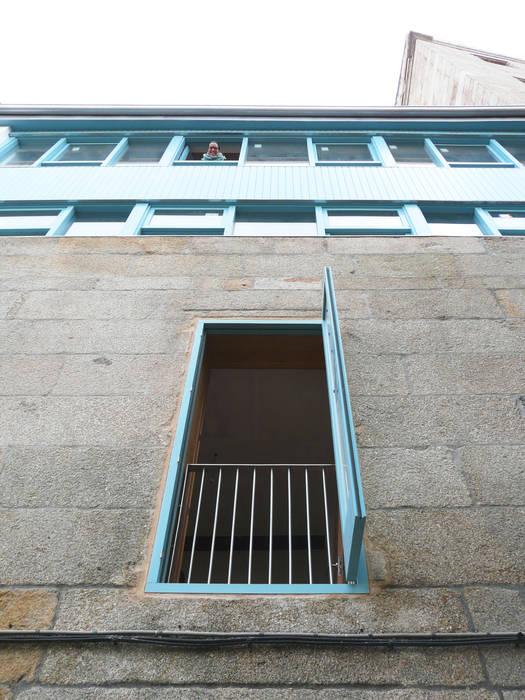 Rehabilitación y ampliación de edificio de viviendas en el Casco Vello. Vigo: Ventanas de estilo  de Estudio de Arquitectura Sra.Farnsworth