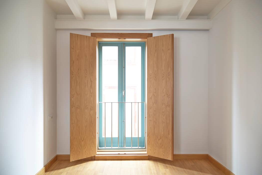 Rehabilitación y ampliación de edificio de viviendas en el Casco Vello. Vigo: Dormitorios de estilo moderno de Estudio de Arquitectura Sra.Farnsworth