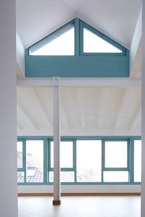 Rehabilitación y ampliación de edificio de viviendas en el Casco Vello. Vigo Salones de estilo moderno de Estudio de Arquitectura Sra.Farnsworth Moderno