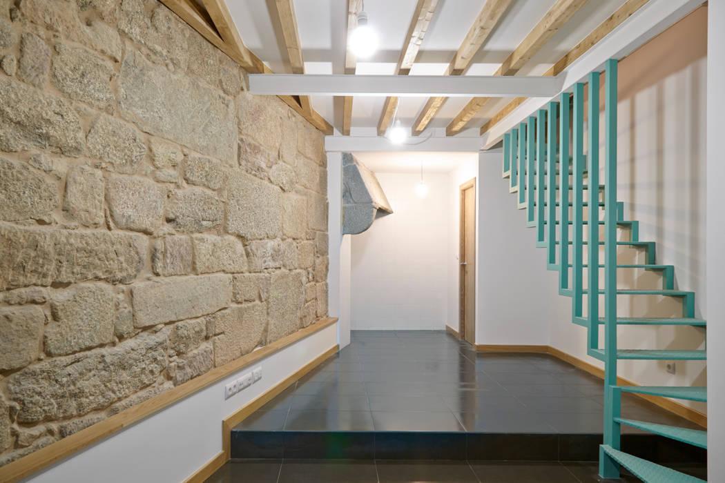 Rehabilitación y ampliación de edificio de viviendas en el Casco Vello. Vigo: Salones de estilo moderno de Estudio de Arquitectura Sra.Farnsworth