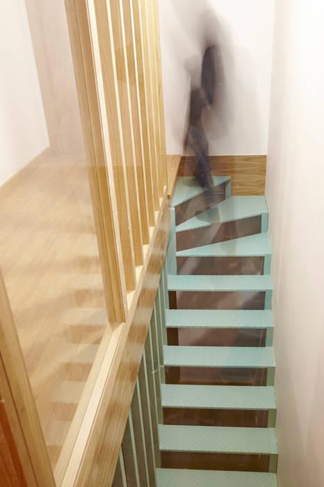 Rehabilitación y ampliación de edificio de viviendas en el Casco Vello. Vigo Pasillos, vestíbulos y escaleras de estilo moderno de Estudio de Arquitectura Sra.Farnsworth Moderno