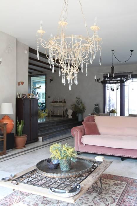Provence Villa in İstanbul Wohnzimmer im Landhausstil von Orkun İndere Interiors Landhaus