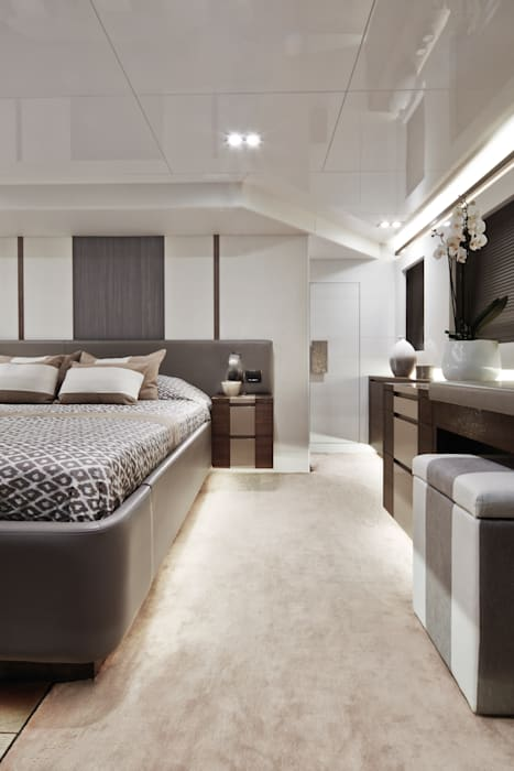 Master bedroom:  Yachts & jets by Kelly Hoppen