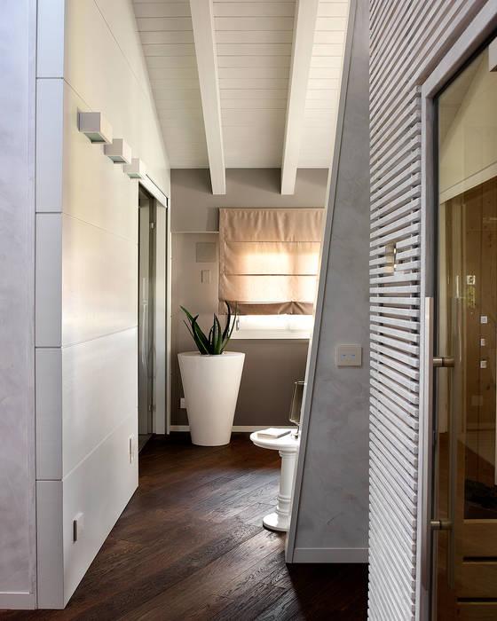 Disimpegno camera padronale con cabina armadio e sauna - Cabina armadio con finestra ...