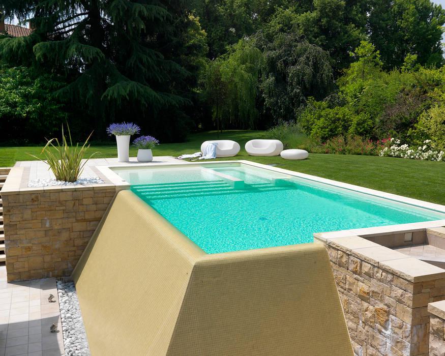 PIscina a sfioro con cascata d'acqua Piscina moderna di Studio d'Architettura MIRKO VARISCHI Moderno