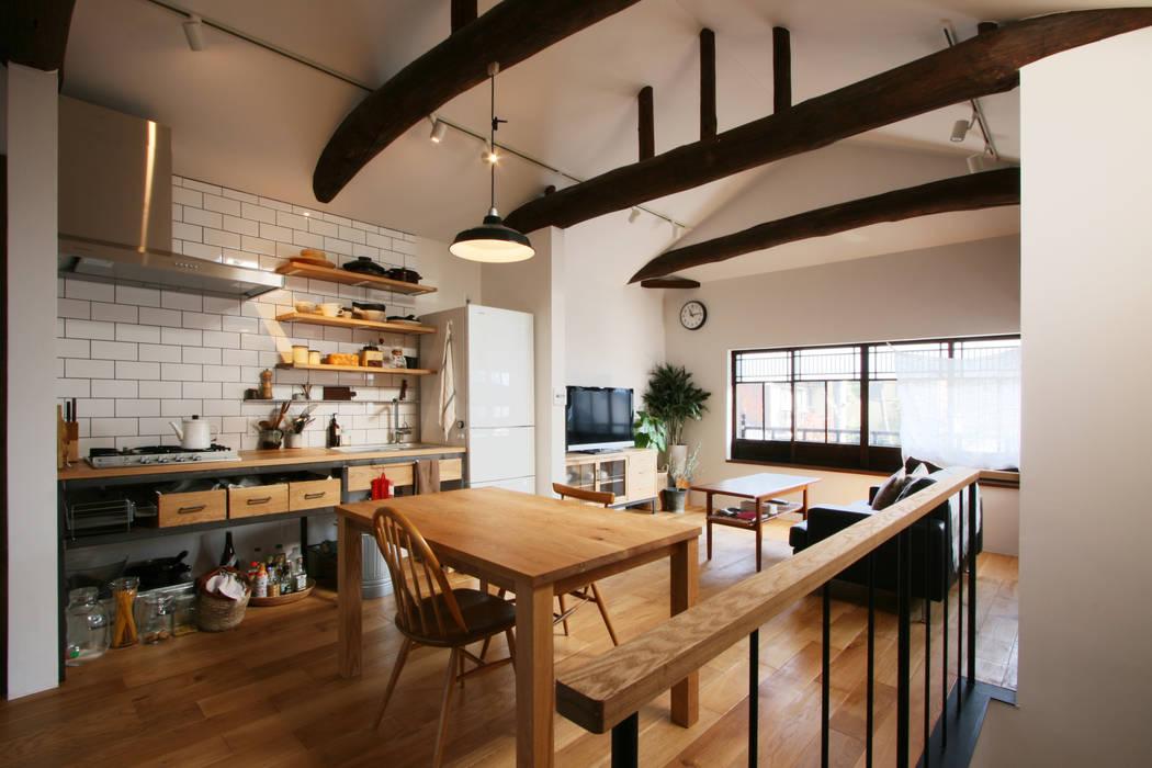 2階のリビング、ダイニング、キッチンの一室空間 日本家屋・アジアの家 の 一級建築士事務所expo 和風