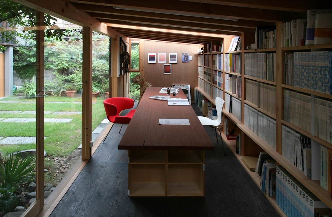 黒のアトリエ: 神家昭雄建築研究室が手掛けた書斎です。