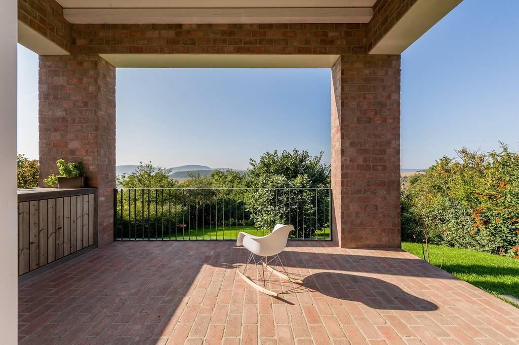 The Long Brick House: minimalist  by Földes Architects, Minimalist