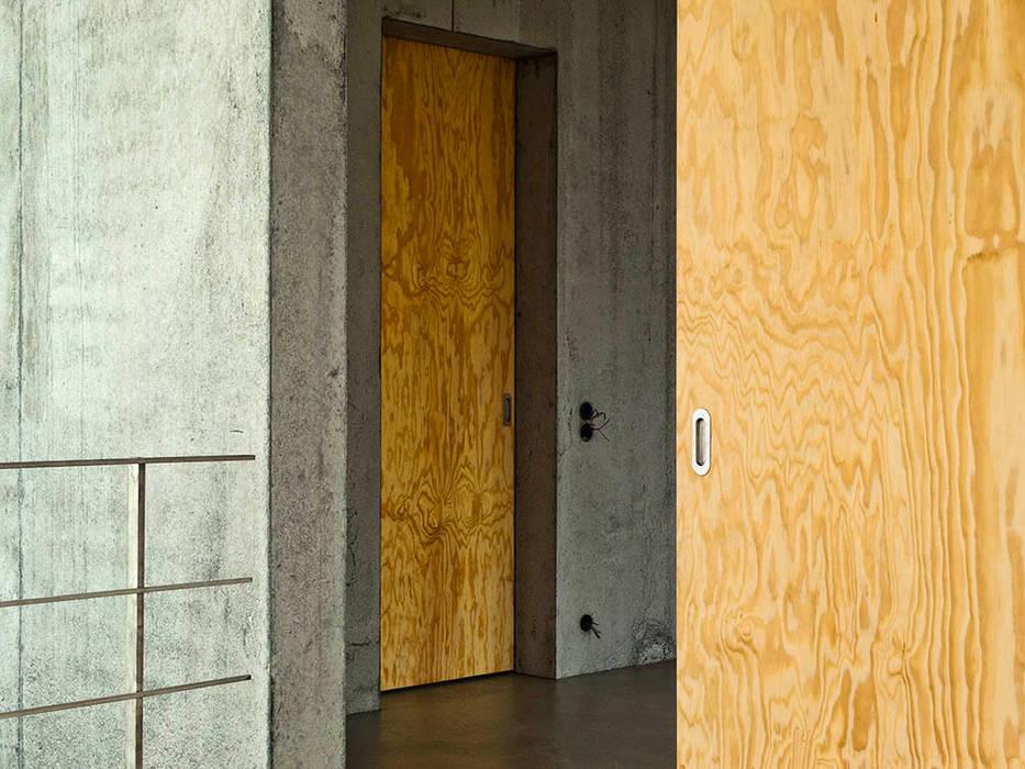 Wohnhaus am Hang, Wyhlen GIAN SALIS ARCHITEKT Moderne Fenster & Türen