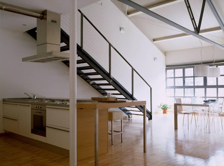 Pasillos, vestíbulos y escaleras de estilo industrial de Paola Maré Interior Designer Industrial