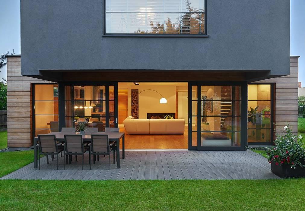 Balcones y terrazas modernos de ARCHiPUNKTURA .architekci detalu Moderno
