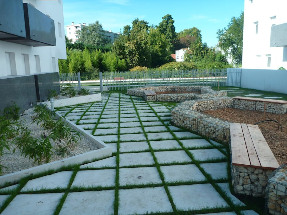 jardin blanc: Jardin de style  par Atelier du sablier