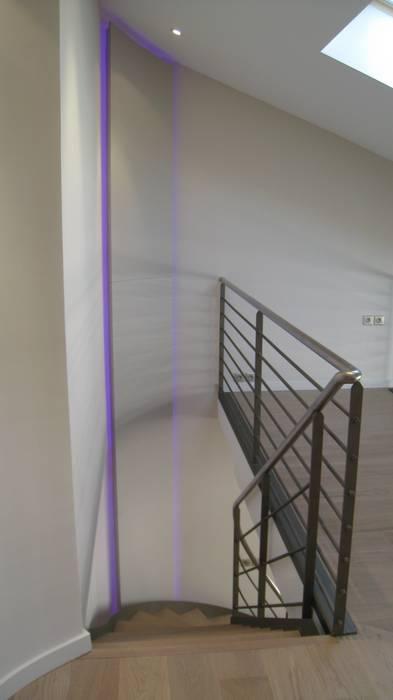 Effet lumineux en descente d'escalier Couloir, entrée, escaliers industriels par Philippe Ponceblanc Architecte d'intérieur Industriel