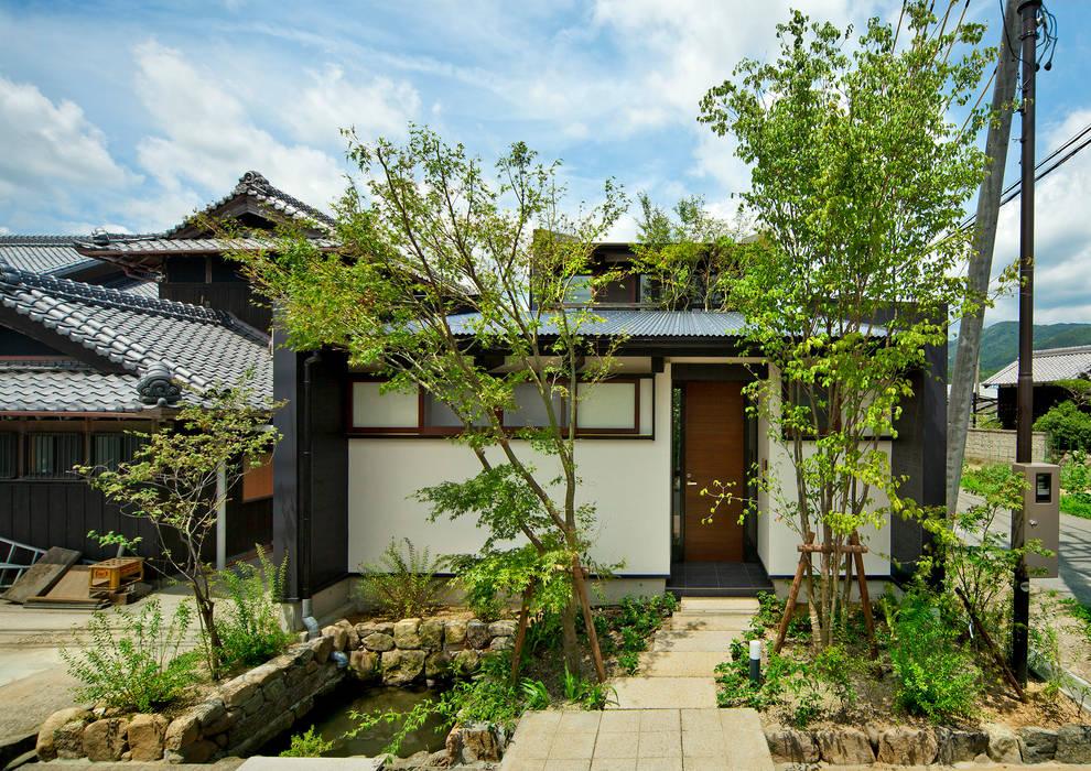 アプローチと玄関 日本家屋・アジアの家 の 石井智子/美建設計事務所 和風