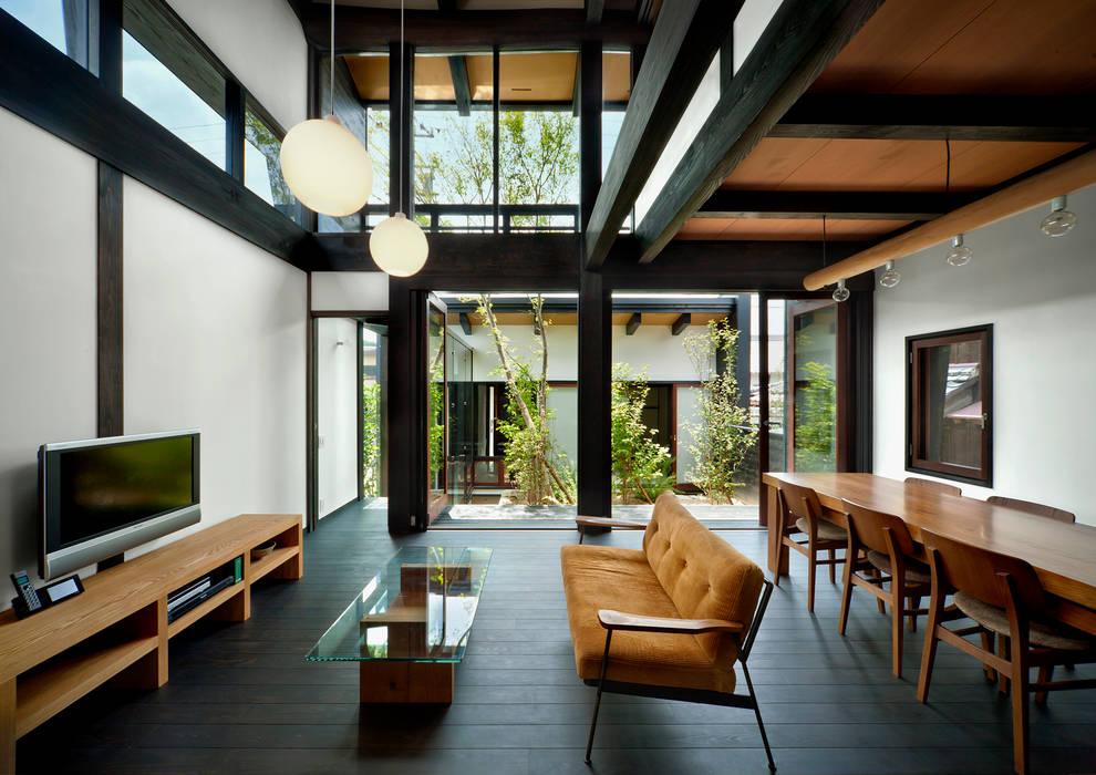 Salas de estilo asiático de 石井智子/美建設計事務所 Asiático