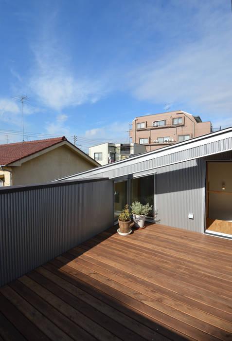 Pasillos, vestíbulos y escaleras de estilo moderno de アトリエKUKKA一級建築士事務所/ atelier KUKKA architects Moderno